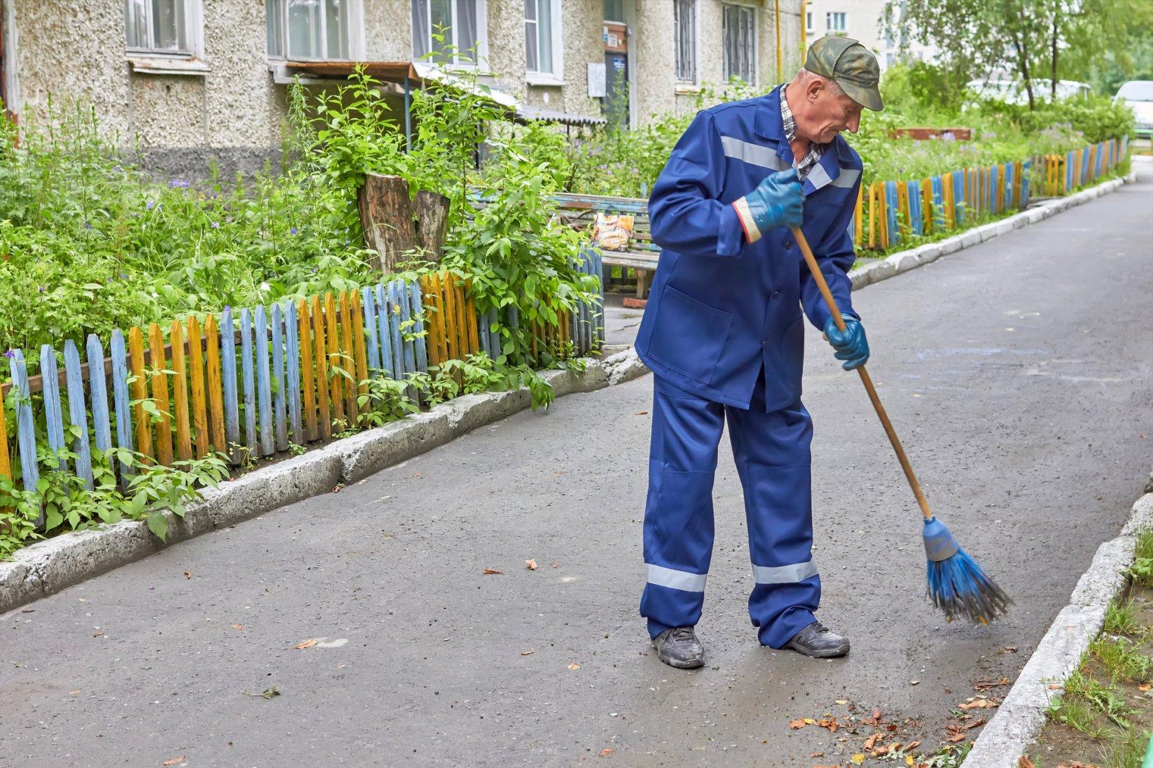 В Харькове злостных неплательщиков заставят убирать улицы