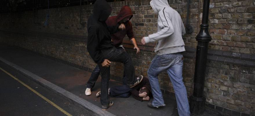 Под Харьковом трое подростков устроили темную взрослым мужчинам