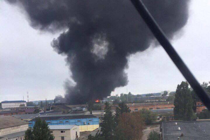 Крупный пожар в Харькове. Черный дым окутал часть города (фото, видео)