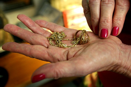Пятеро харьковчанок подарили незнакомой женщине огромную сумму денег