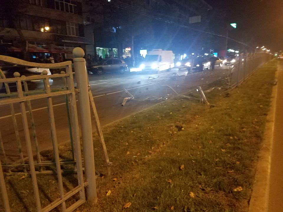 Страшная авария в Харькове. Автомобиль снес забор и сбил пешехода (фото)