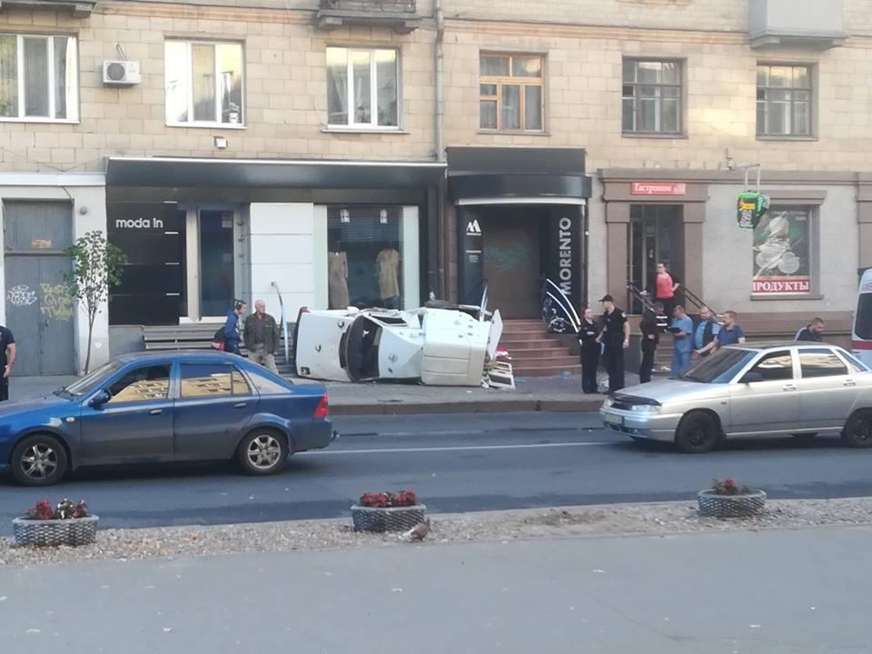 Две аварии на одном месте. Неуправляемая машина вылетела на тротуар в центре Харькова (фото)