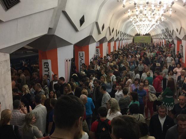 Поезда стояли более получаса, на платформах была давка. Харьковчане рассказали об утреннем ЧП в метро