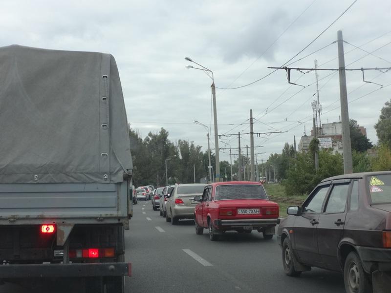 Транспортная неприятность остановила харьковчан на пути к работе (фото, видео)