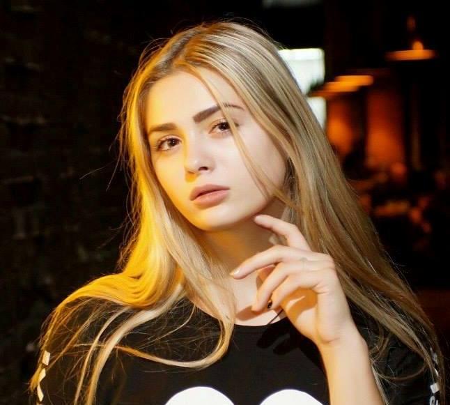Блондинка с мобильным телефоном поставила на уши весь Харьков (фото)