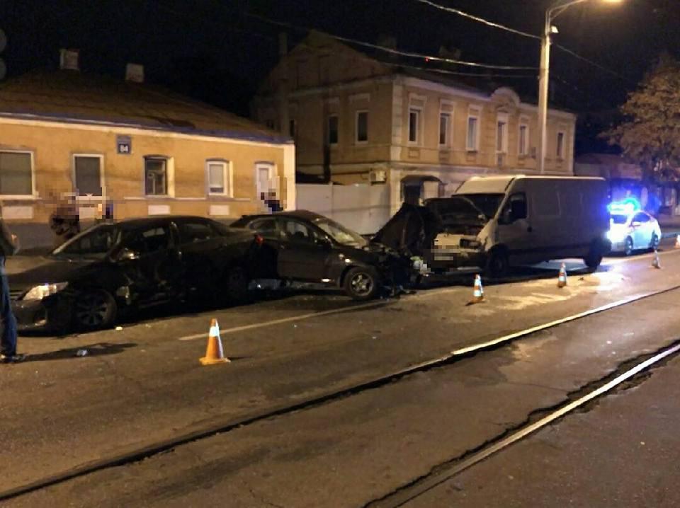 Крупная авария в Харькове. Машины сильно разбиты, есть пострадавшие (фото)