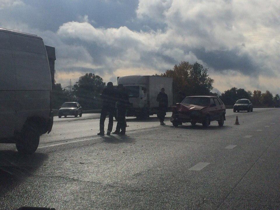 Авария в Харькове. Машины сильно повреждены, запчасти рассыпались о дороге (фото)