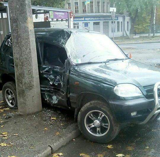 Страшная авария в Харькове. Автомобиль сбил человека на остановке (фото)