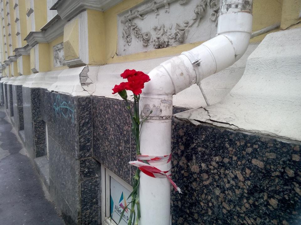 Люди несут цветы к месту жуткой аварии в центре Харькова (фото)
