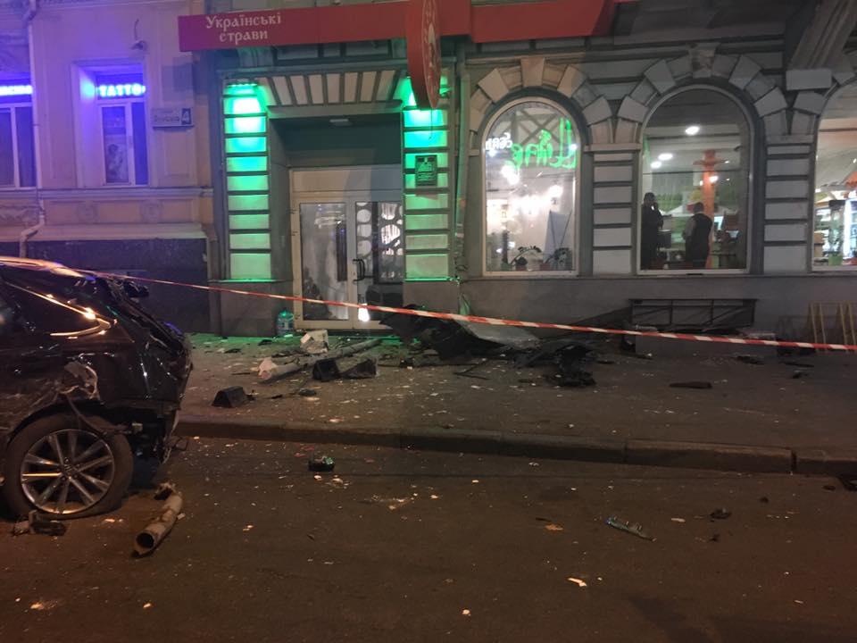 Появилось видео, на котором видно, как машина сбивает больше десяти человек в центре Харькове (18+)