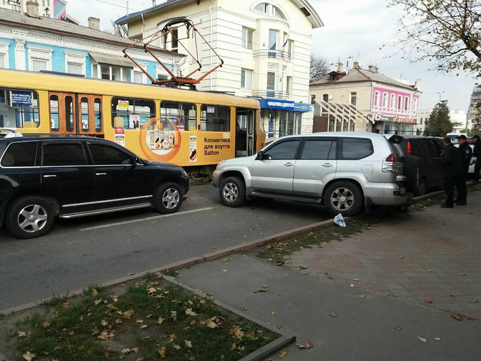 Две элитные иномарки угодили в аварию в Харькове (фото)