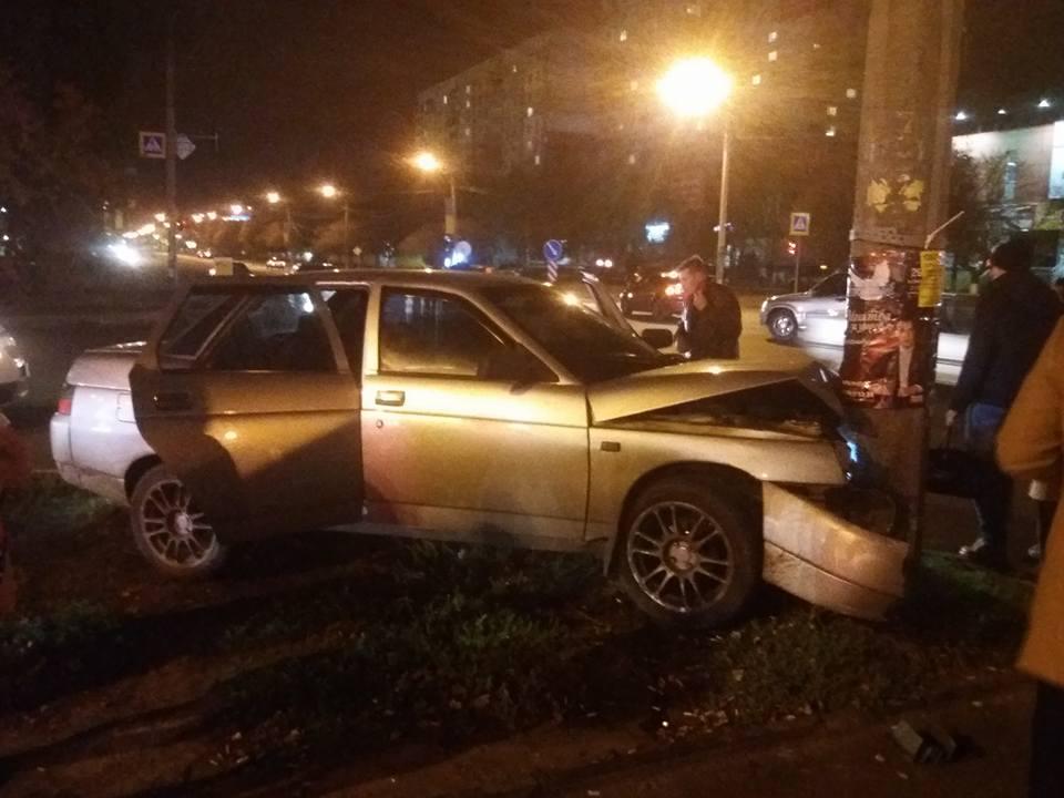 Авария произошла возле трамвайной остановки в Харькове (фото, дополнено)