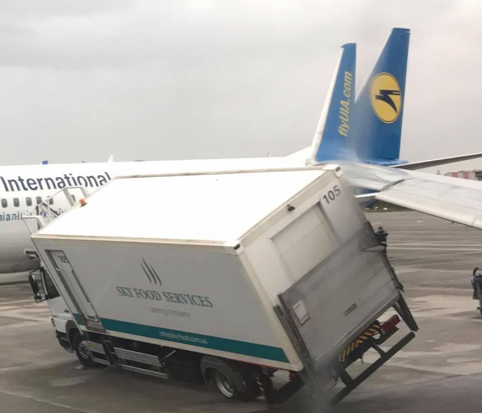 Самолет Киев - Харьков угодил в чрезвычайную ситуацию (фото, дополнено)