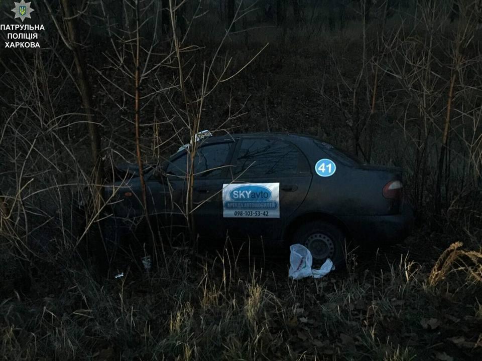 Автомобиль такси вылетел с дороги в Харькове. Есть пострадавшие (фото)