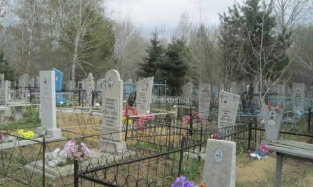 В Харькове православный священник ворвался на кладбище и покорежил могилы (видео)