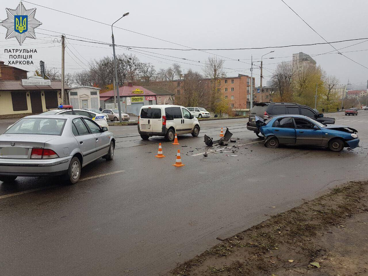 Тройное ДТП в Харькове. Части машин разлетелись по дороге (фото)