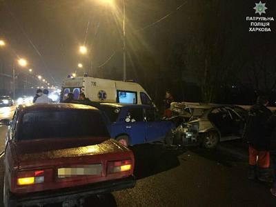 Авария в Харькове: автомобиль сильно разбит, есть пострадавшие (фото)