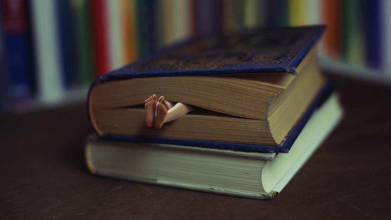 Харьковчанин несколько часов издевался над знакомым с помощью книг