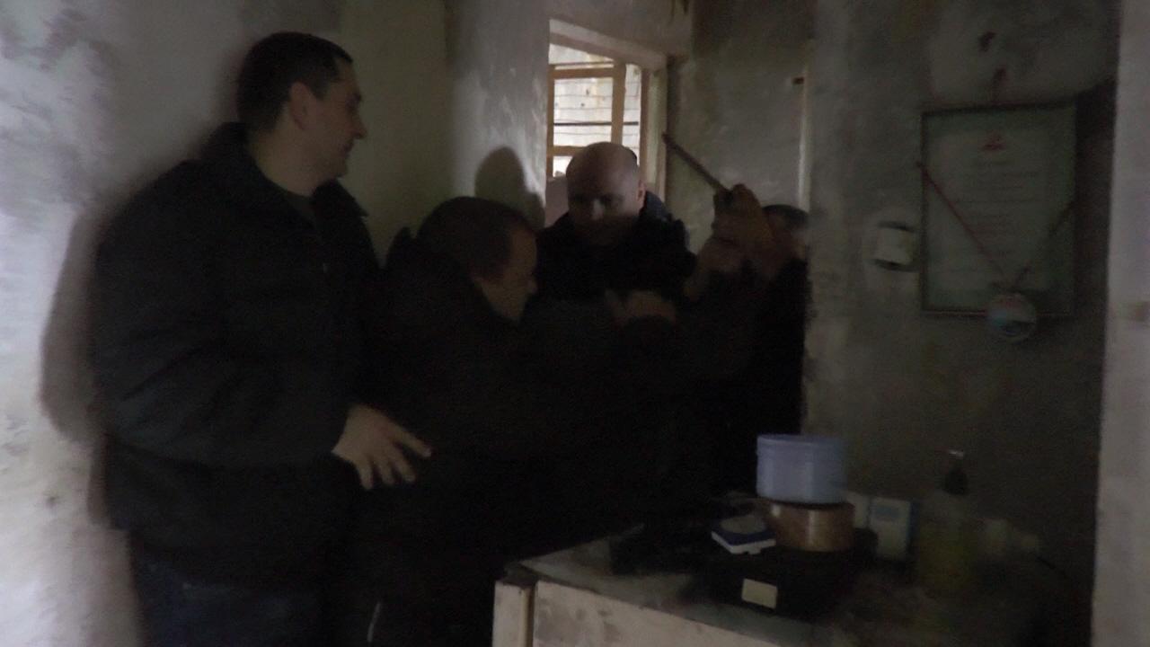 За долги. На Харьковщине людей выселили из квартиры