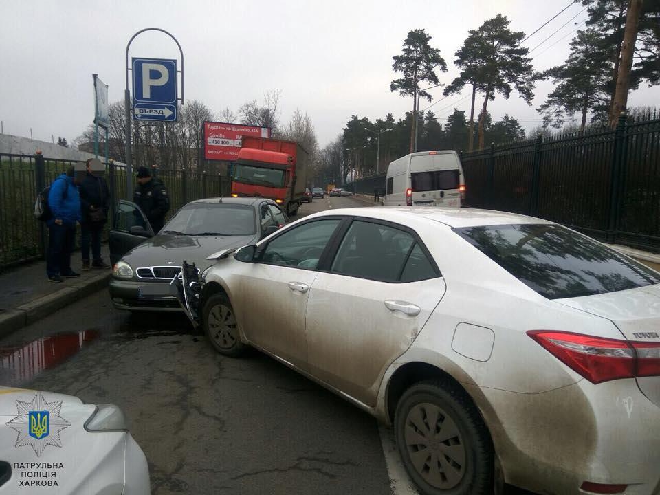 Тройная авария в центре Харькова. Машина вылетела на тротуар (фото)