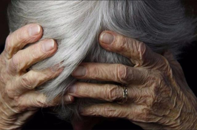 Средь бела дня в подъезде харьковской многоэтажки изувечили пенсионерку