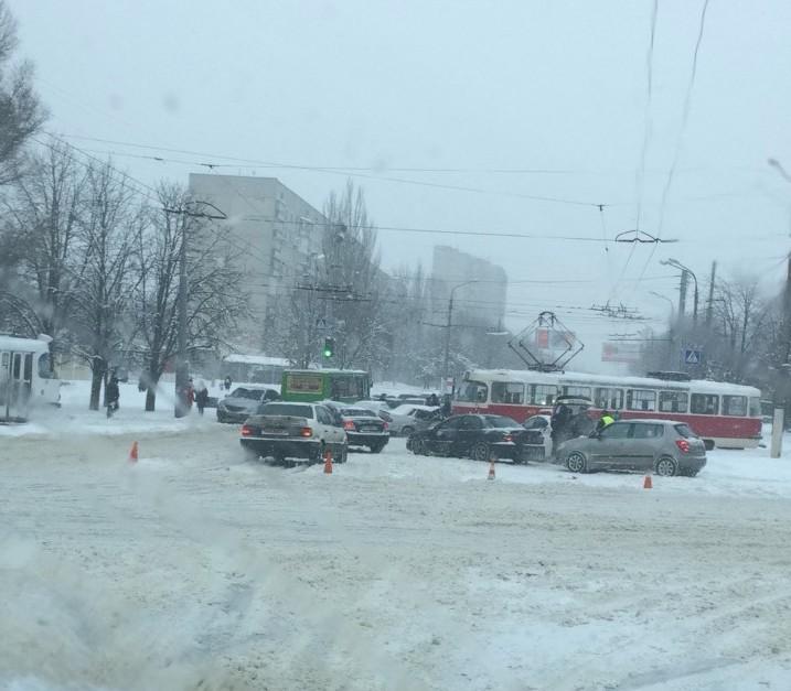 Авария с участием двух трамваев и двух машин в Харькове. Опубликовано видео (дополнено)
