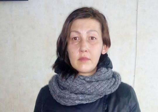 Женщина в капюшоне и с желтыми зубами натворила дел в Харькове (фото)