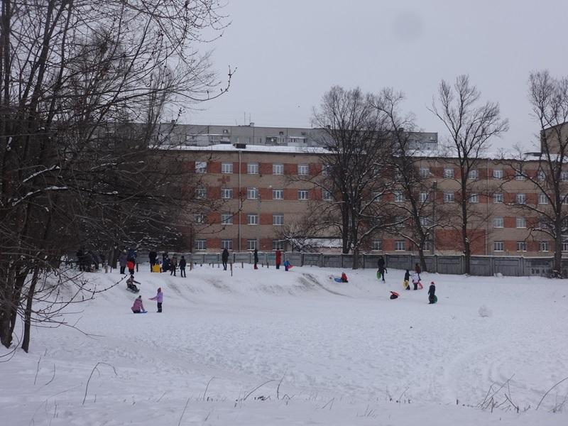 Харьковчане жалуются, что придомовая территория стала опасной зоной (фото)