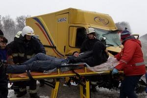 Авария на Харьковщине. Мужчину вырезали из автомобиля (фото)
