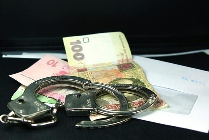 В Харькове мужчина забросил деньги в полицейский автомобиль (фото)