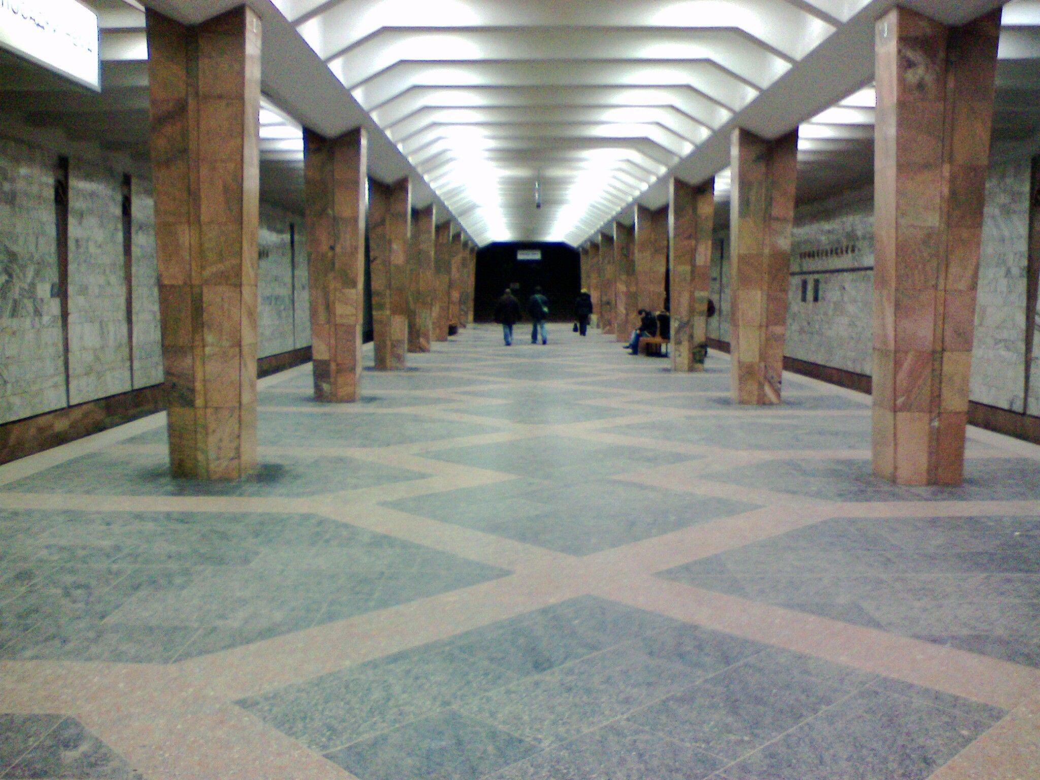 В переходе харьковской станции метро гонялись за пенсионером