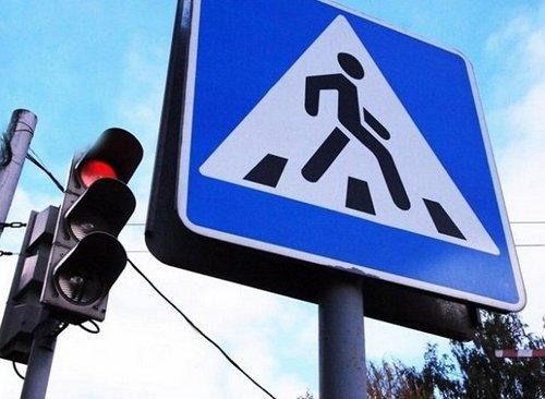 В Харькове внедорожник промчался на красный через пешеходный переход, где находились люди (видео)