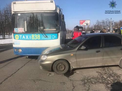 Троллейбус попал в аварию в Харькове (фото)