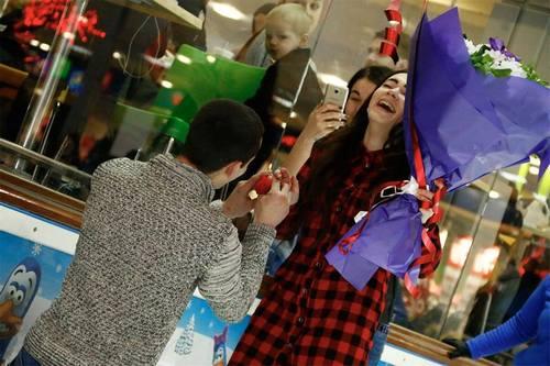 В Харькове парень сделал предложение девушке посреди торгового центра (фото)