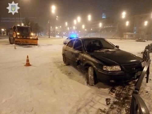 В центре Харькова снегоуборочная машина попала в аварию (фото)