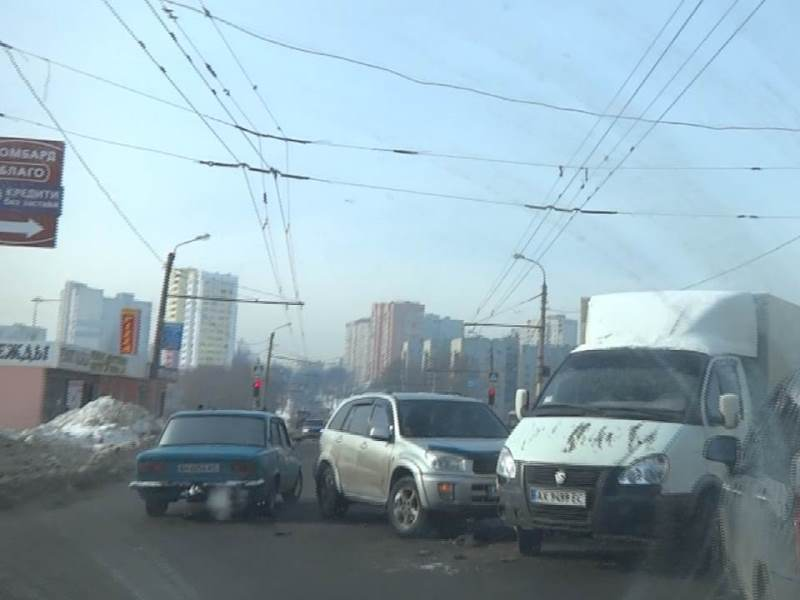 В Харькове троллейбус попал в ловушку на дороге (фото, видео)
