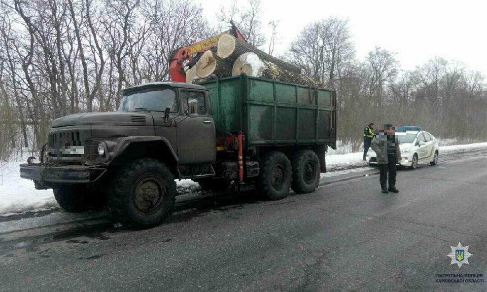 На трассе под Харьковом водители двух грузовиков попали в серьезную переделку