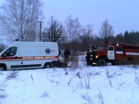 «Скорая» застряла в снегу: женщину с инфарктом несли к врачам на руках