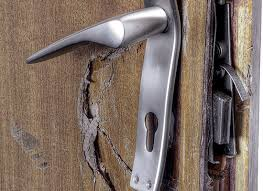 В Харькове по просьбе соседей взломали дверь чужой квартиры