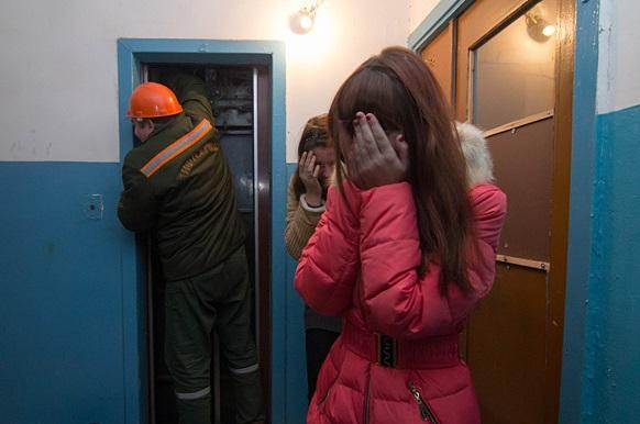 Жители харьковской многоэтажки боятся передвигаться в подъезде