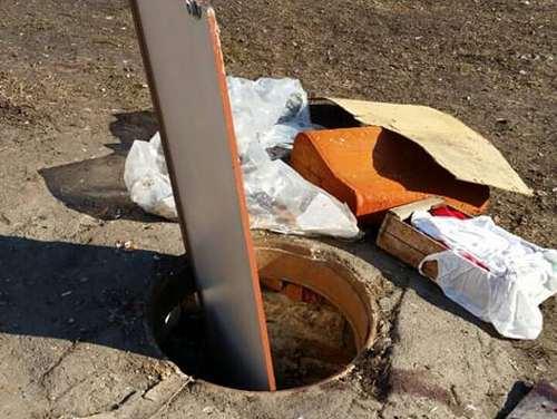 Старушка провалилась в открытый люк в Харькове (фото)