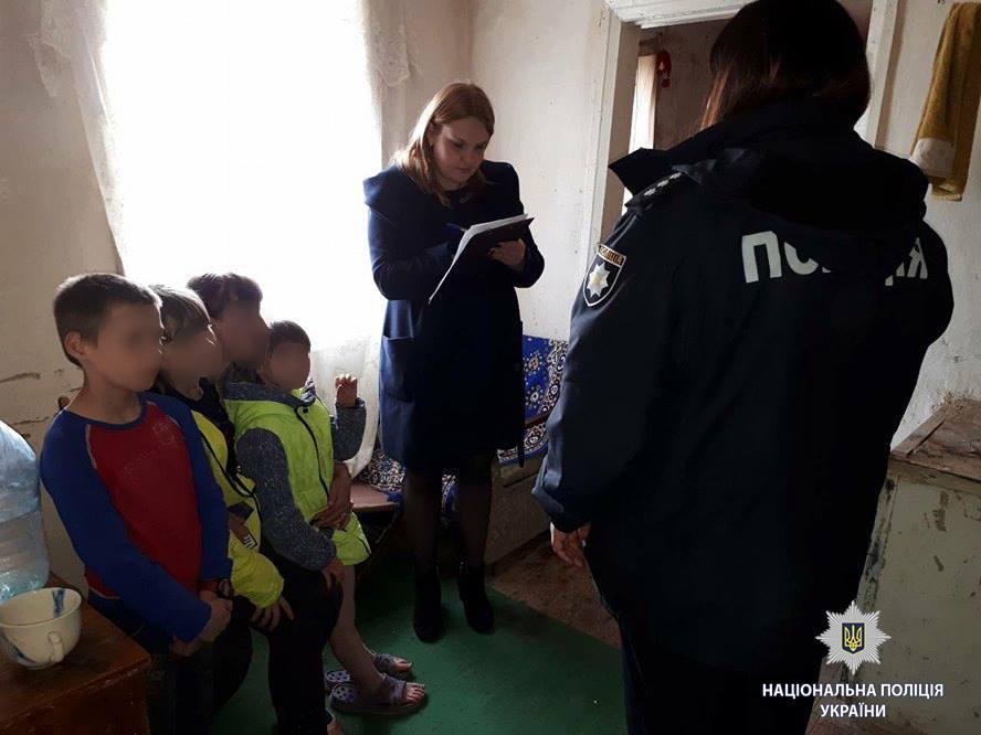 На Харьковщине молодая мать довела дочку и близняшек до пугающего состояния (фото)