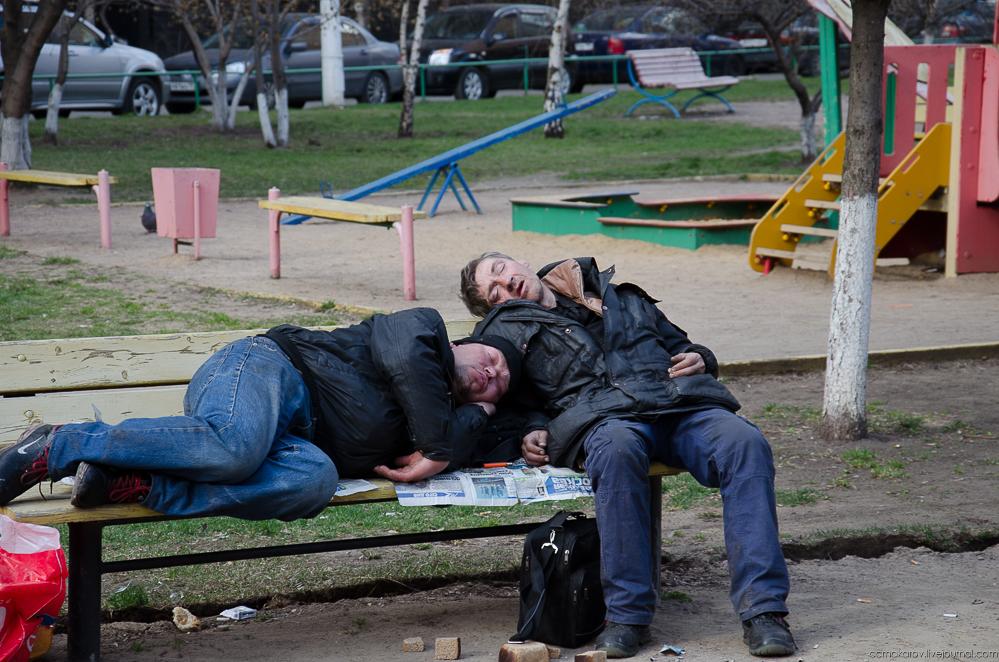 Бездомные выпивохи создали зону отдыха на детской площадке в Харькове