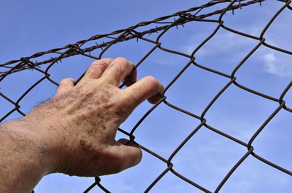 В Харькове парень перелез через забор и попал в жесткую переделку