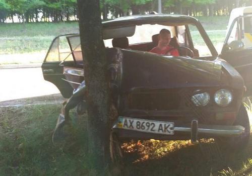 Автомобиль пролетел по аллеям городского парка: целая семья оказалась в опасности (дополнено, фото)