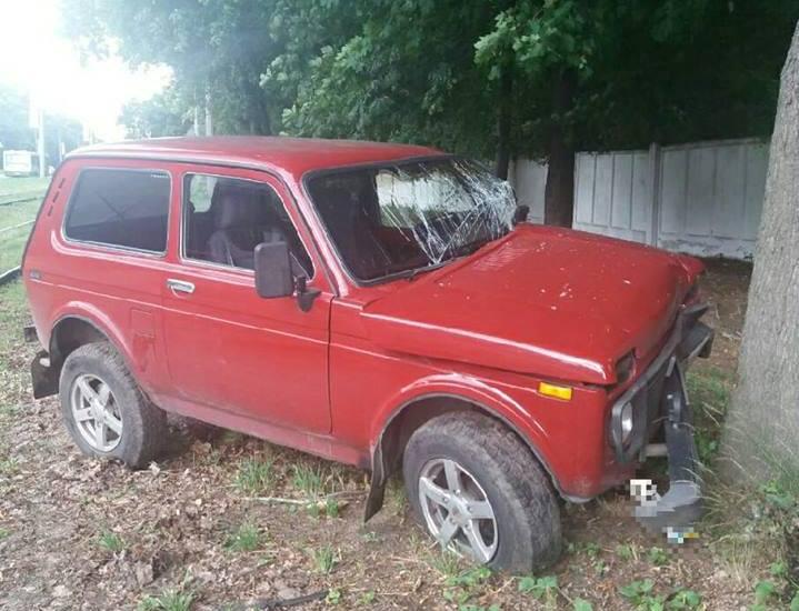 ЧП в Харькове. Машина слетела с дороги и совершила странный кульбит (фото)