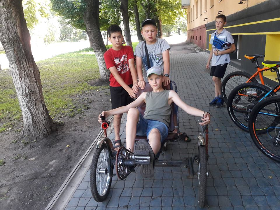 Под Харьковом подростки катались по улицам на чудо-мобиле (фото, видео)