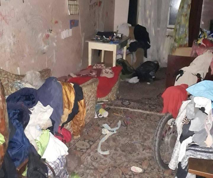 В Харькове дети жили в темноте, среди блох и тараканов (фото)