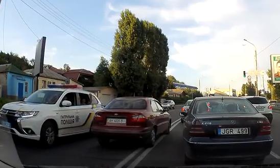 Возмутительный случай. В Харькове полицейские закрыли глаза на дикую выходку гостя (видео)