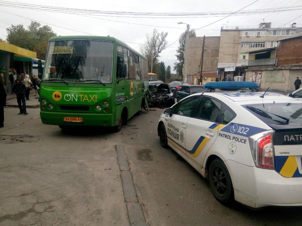 В Харькове маршрутка попала в ДТП: есть пострадавшие (фото, видео)